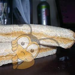 Бутерброд с медом и арахисовым маслом