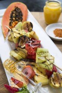 Жареный фруктовый салат глазированный медом